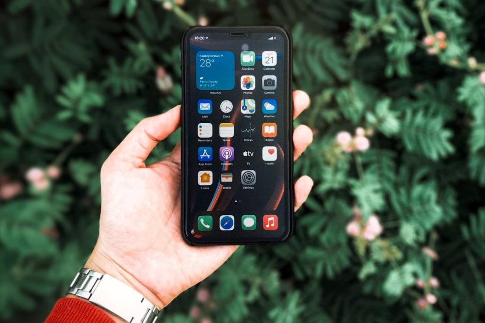 green_smartphone_everphone_c_alif-shaari-unsplash
